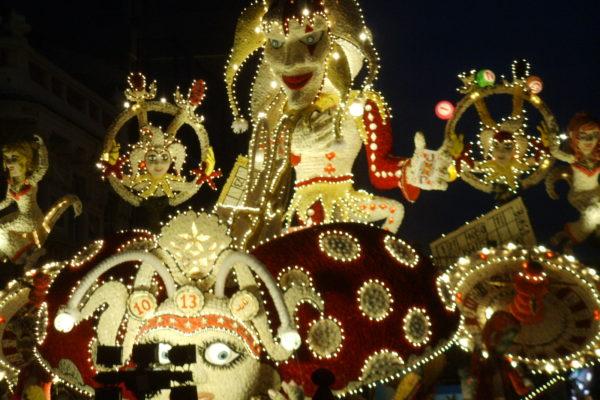 Carnevale_di_acireale_208,_carro_infioreto_vicnitore,_giù_la_maschera